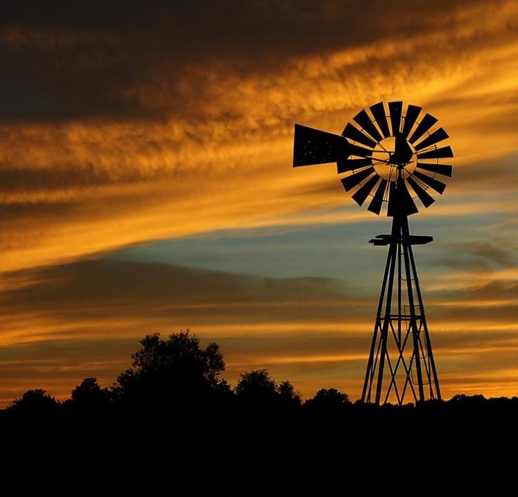 Pragtige foto van 'n windpomp op die vlaktes.