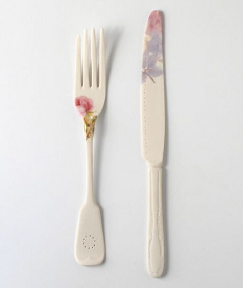 Tenedor y cuchillo con #flores, qué monada! / Fork and knife with a #flower print by Mel Robson.