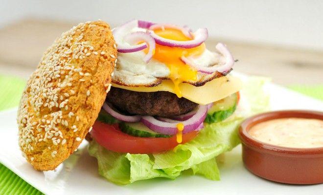 Het is hamburger maand dus Fitgirls maakt hamburgers! Daarom hier een recept voor een zeer verantwoorde burger met brood van sojameel.