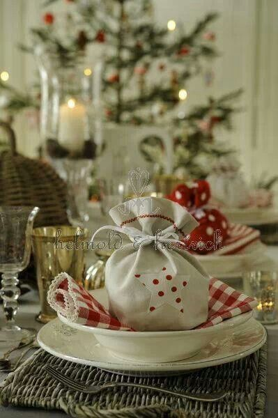 Small gifts as a place setting #decor #NapaValleyHoliday