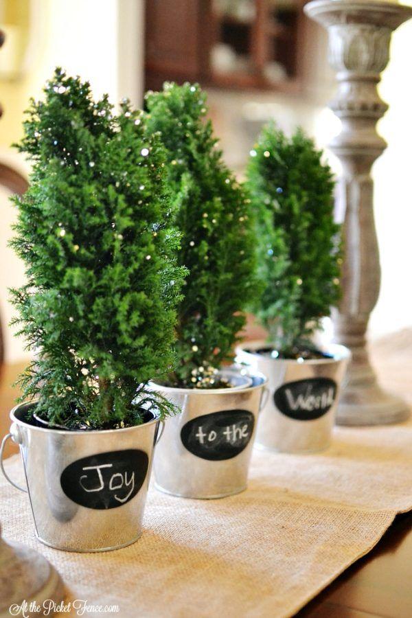 Galvaniserade plåthinkar, svarta tavlor, och säckväv - 3 saker som gör bondgård juldekor. Hitta 7 mer på DuctTapeAndDenim.com