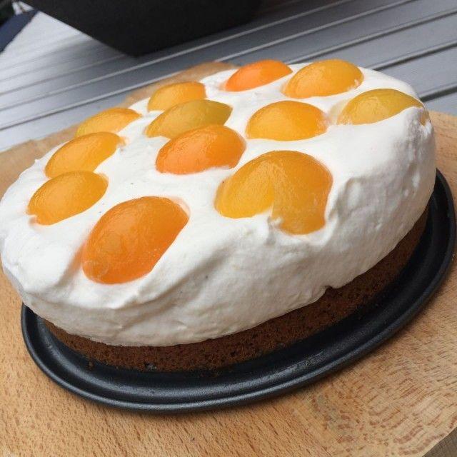 Witte chocolademousse-taart met abrikoos