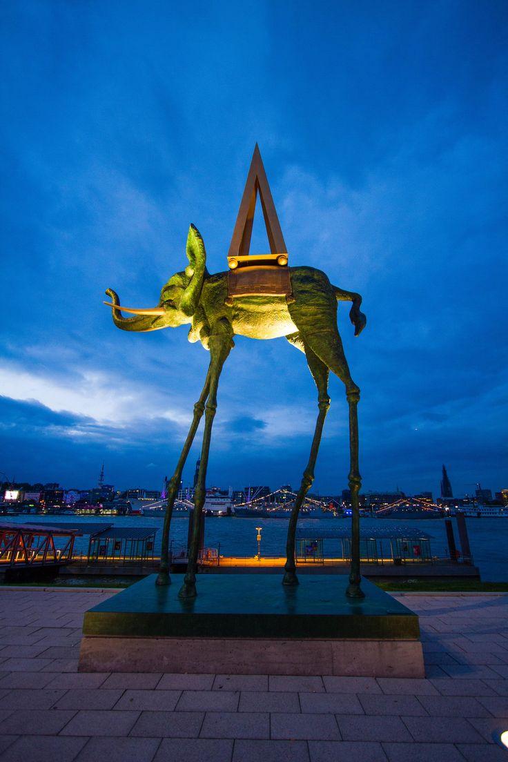 Skulptur von Salvador Dali vor dem Stage Theater im Hafen Hamburg | Bildschönes Hamburg