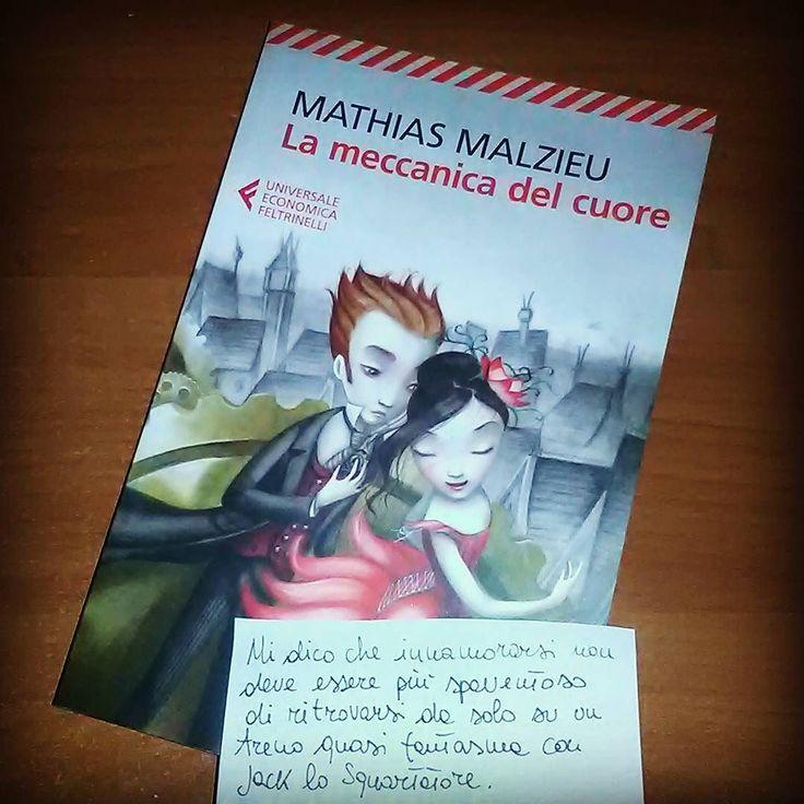 """Sfida 28 della #ireadchallengenov di @leggendoabari - libro con citazione """"Mi dico che innamorarsi non deve essere più spaventoso di ritrovarsi da solo su un treno quasi fantasma con Jack lo Squartatore"""" da La meccanica del cuore di Mathias Malzieu  #lameccanicadelcuore #mathiasmalzieu #benjaminlacombe #libro #leggere #lettura #citazione #romanzo #amoleggere #libri #lettore #bookstagram #bookblog #booklover #bookworm #bookish #instabook #amore #love #illustrazione #instalike #instagood…"""