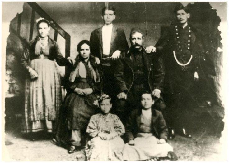 Οικογένεια από τη Βέροια.  Ημερομηνία Έκδοσης: 1905.  Συλλογή Χρυσάνθης Κωστοπούλου; Βέροια.  Δημόσια Κεντρική Βιβλιοθήκη της Βέροιας