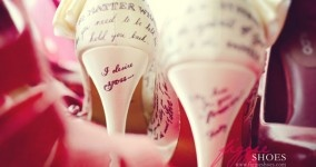 Love letter shoes! Schoenen met jullie liefdesverhaal. Handgetekend door Figgie Shoes. Stoere, sexy trouwschoenen!