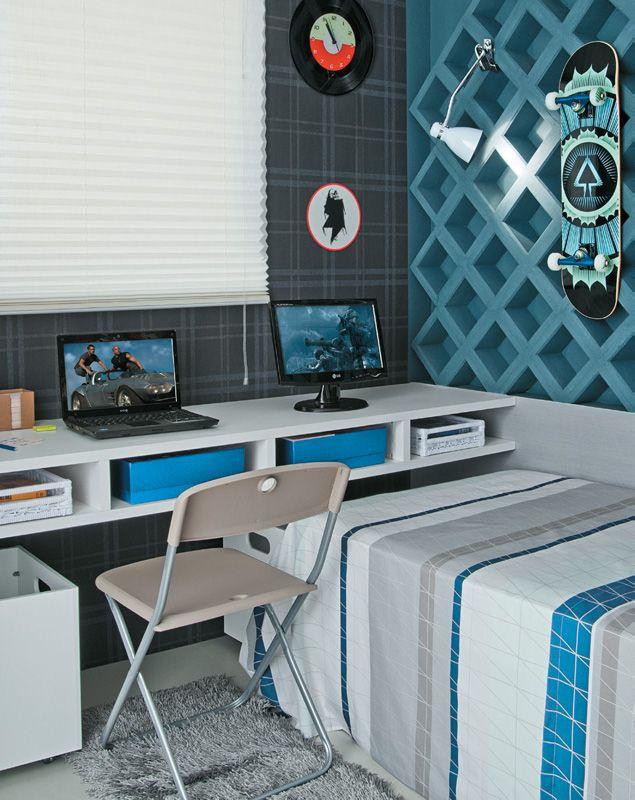 Em apenas 5m2, o dormitório moderno e masculino abriga área de estudo, espaço para hóspede e um cantinho diferenciado que exibe as coleções do rapaz.
