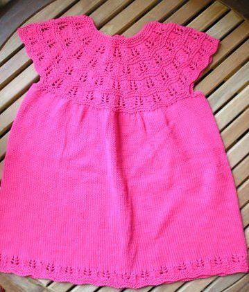 0798bb103dcc Sød strikket babykjole strikkeopskrift model lillepigen