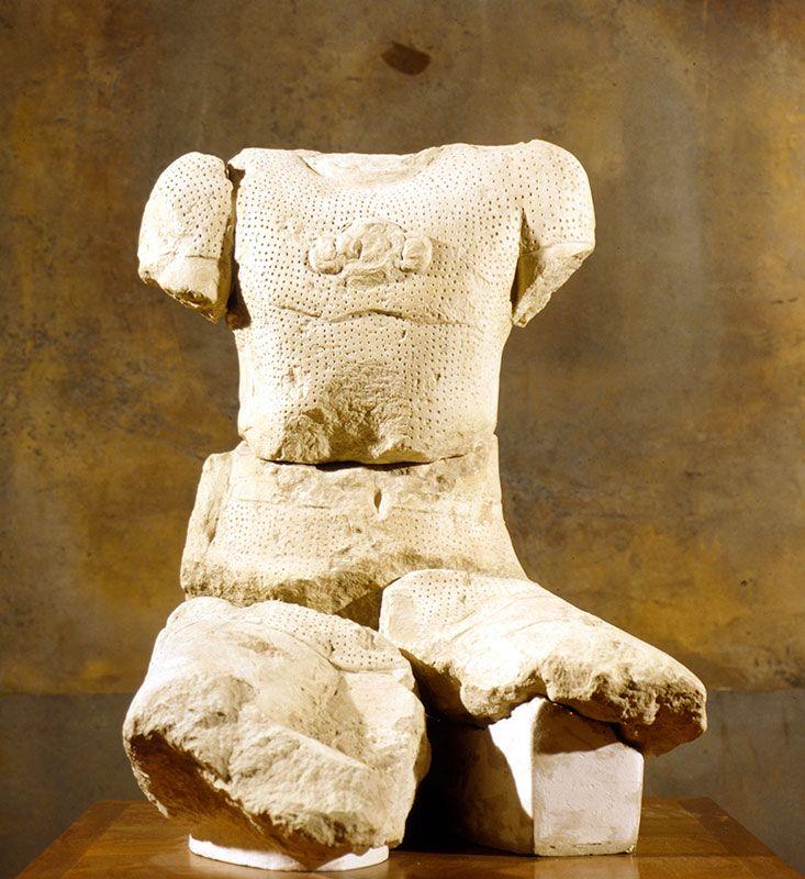 buste de guerrier Salyen, représenté avec des têtes coupées autour de lui, provenance oppidum Entremont, -II°s, Musée Granet , Aix-en-Provence