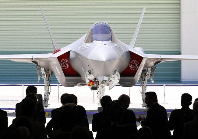 三菱重工業で最終的に組み立てられ、公開されたF35A最新鋭ステルス戦闘機の国内製造初号機=愛知県豊山町(2017年06月05日) 【時事通信社】