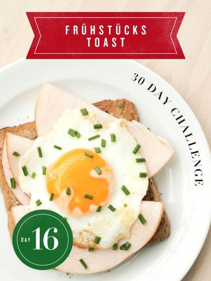 30 Day Challenge: Jeden Tag eine neue Toast-Variante. Ein Spiegelei ist fix zubereitet, schmeckt super und ist in Kombination mit Putenbrust  und Schnittlauch ein klasse Frühstücksrezept.