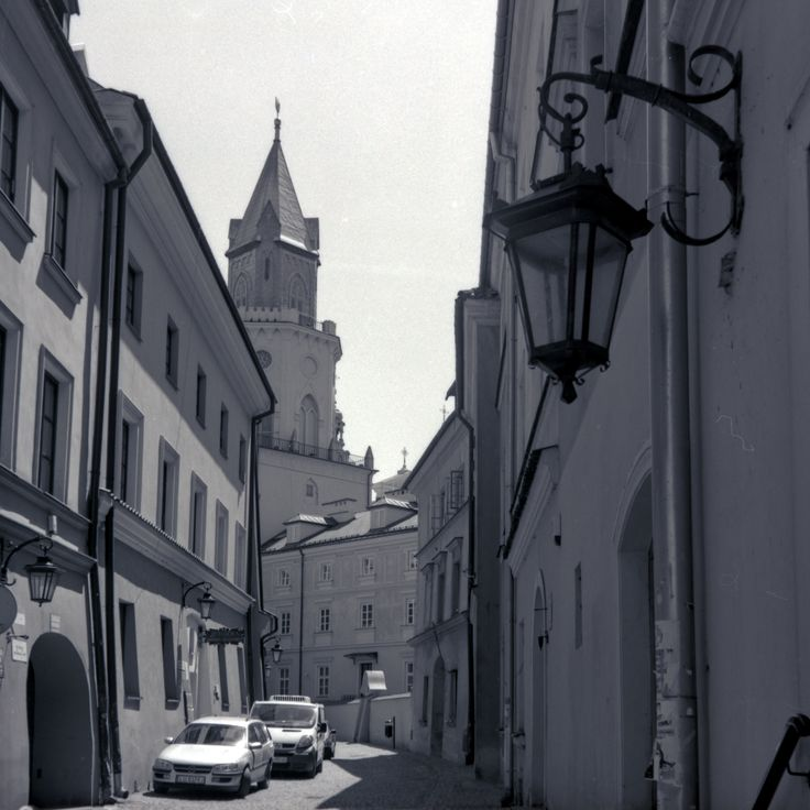 https://flic.kr/p/VKsxsb | Retro Series 4-VIII | Retro series with Zeiss Ikon Nettar.   Jesuicka Str., Old Town Lublin, Poland, June 2017.  Instagram: @alec.chernivtsi ·  urban.photos · facebook · tumblr