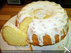 Sandkuchen Zutaten 250 g Margarine 250 g Zucker 1 Pck. Vanillinzucker 1 Prise(n) Salz 1 EL Zitronensaft 4 m.-große Ei(er) 200 g Mehl 100 g Speisestärke 1 TL Backpulver Für die Glasur: 250 g Puderzucker 2 EL Zitronensaft 1 EL Wasser, heißes