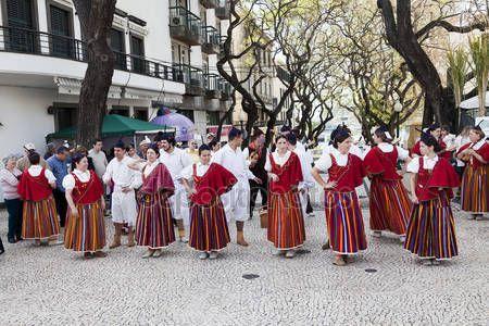 Funchal, Madera - 20 kwietnia 2015: Wykonawców z kolorowe i wyszukane stroje, biorąc udział w paradzie Festiwal kwiatów na wyspie Madera, Portugalia — Obraz stockowy #73661247