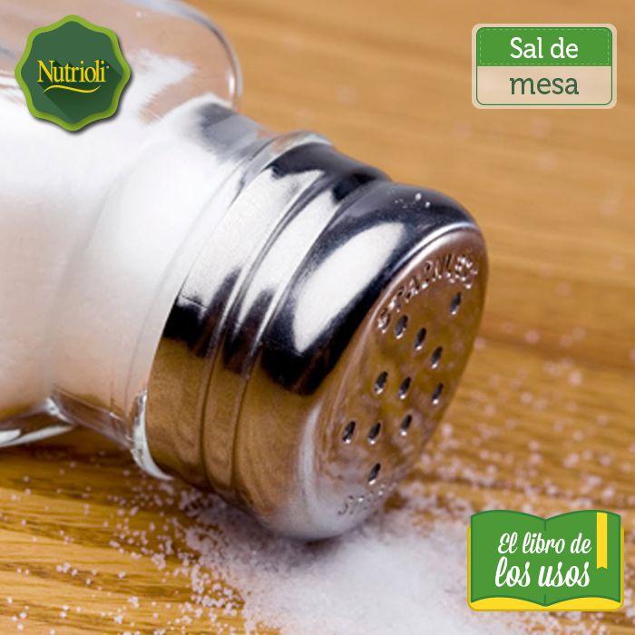 Te compartimos otros usos que le puedes dar a la sal de mesa en tu hogar: - Calma una picaduras de insectos.  - Previene que se despinte la ropa. Para que la tinta de una prenda nueva no se corra, remoja la tela en un litro y medio de agua con media taza de vinagre y media taza de sal.  - Elimina las pulgas y garrapatas de las mascotas.  - Limpia adornos o utensilios de cobre. Mezcla vinagre blanco y tres cucharadas de sal y colócalo en una botella con rociador.