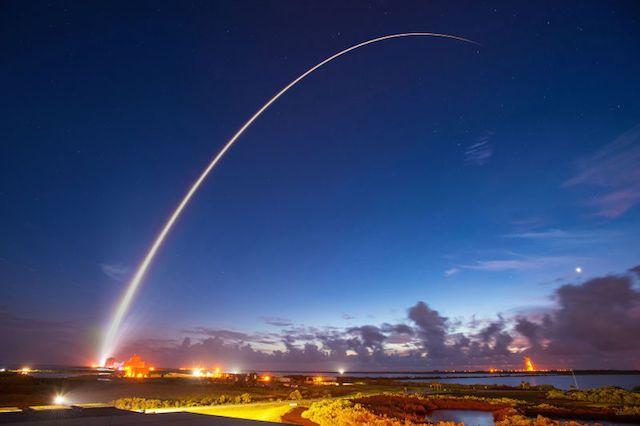 流れ星が地球に降りてきたのかと思いました。 この美しい写真は、米海軍が通信衛星「モバイルユーザー・オブジェクティブ・システム(MUOS)」を打ち上げたときの一枚