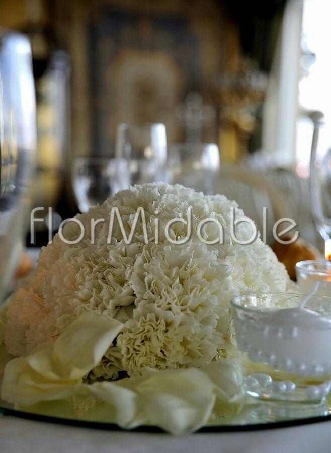 Centrotavola compatto su specchio con garofani bianchi