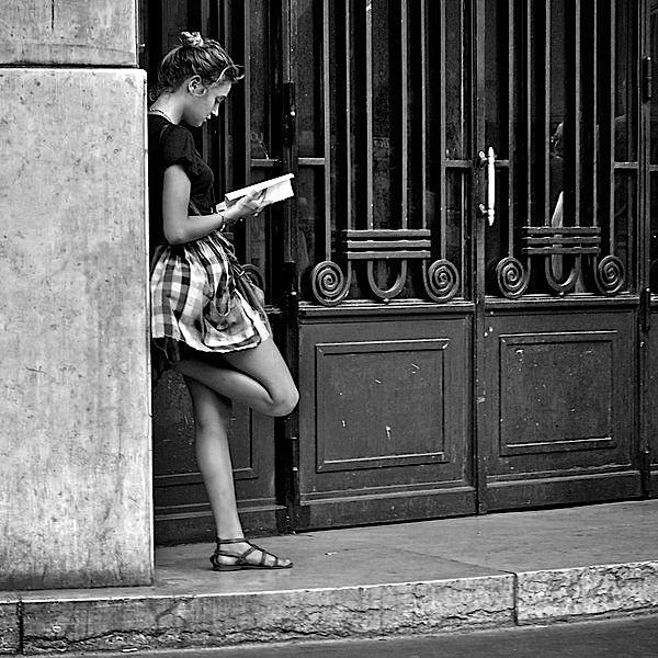 Le noir et blanc a cette petite chose qui fait qu'une photo déjà jolie puisse devenir magnifique et riche en émotions… Voici une petite sélection de photos noir et blanc prises dans les rues du monde entier…