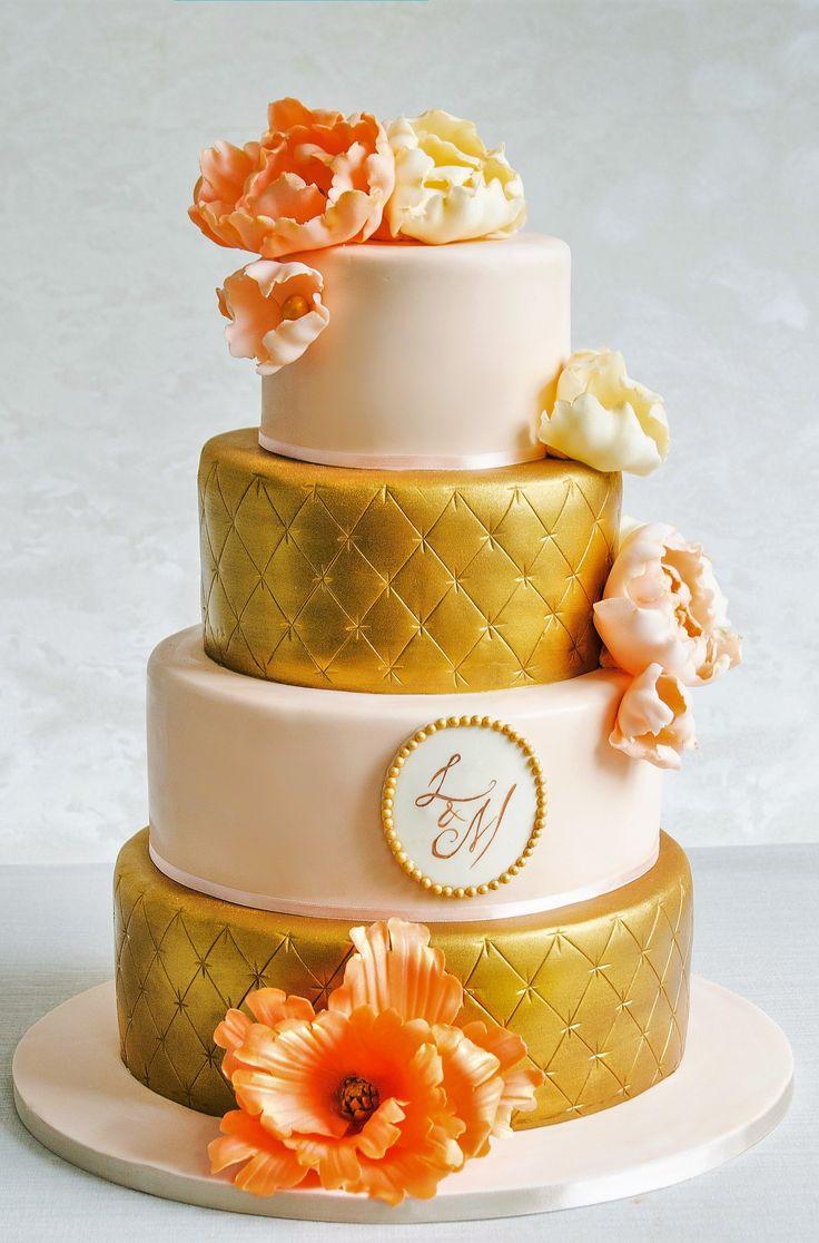 Un tort de nunta in nuante ce contrasteaza in cel mai luxuriant mod, auriu si somon, doua culori calde, si pus in valoare de florile lucrate manual cu multa rabdare si migala.  Alege un tort diferit, elegant si rafinat in acelasi timp.