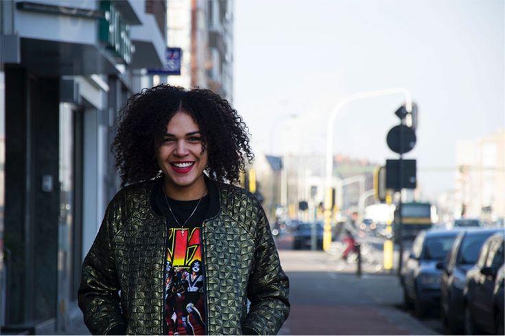 De afro: minikrulletjes, kroes, kronkels, rechtopstaand in een krans rond het hoofd. 'Speciaal', 'apart', 'rommelig', 'lelijk', 'cool', 'vuil', zelden 'gewoon'. De afro is het natuurlijke zwart-Afrikaanse haar. Alle zwarte mannen en vrouwen worden ermee geboren, en de gemixte nakomelingen meestal oo
