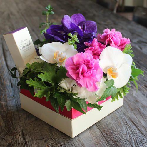 [生花]今年の青山フラワーマーケットANNEXの母の日は「リラックス」がテーマ。普段忙しいお母様に、感謝の気持ちを込め、リラックスを贈りましょう。青山フラワーマーケット オリジナルハンドクリームは、誰からも好まれる優しいラベンダーの香りで、リラックス効果もあります。高級な紫のバンダ(ラン)、胡蝶蘭、カーネーション、あじさいを使ったアレンジメントには鉢のアイビーもセットされているので、お花が終わった後もアイビーを育てる楽しみがあります。華やかな雰囲気と癒しの香りが、幸せな気持ちにしてくれます。【誠に勝手ながら、5月12日(金)→14日(日)のお届けにつきましては、大変混雑することが予想されます。商品のお届けが遅くなり夜間となる場合がありますこと、あらかじめご了承くださいませ。】