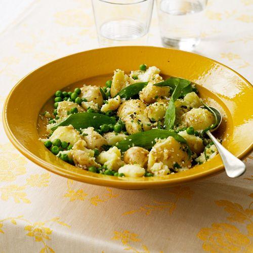 Combineer aardappels met doperwten, frisse bieslook, wilde knoflook en citroensap en maak er een supersalade van!    1. Kook de aardappels gaaren giet ze af. Kook de doperwten gaar.    2.Prak de aardappels lichtjes met een...