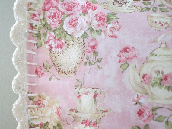 Funda de almohada con adornos de ganchillo  té inglés y rosas