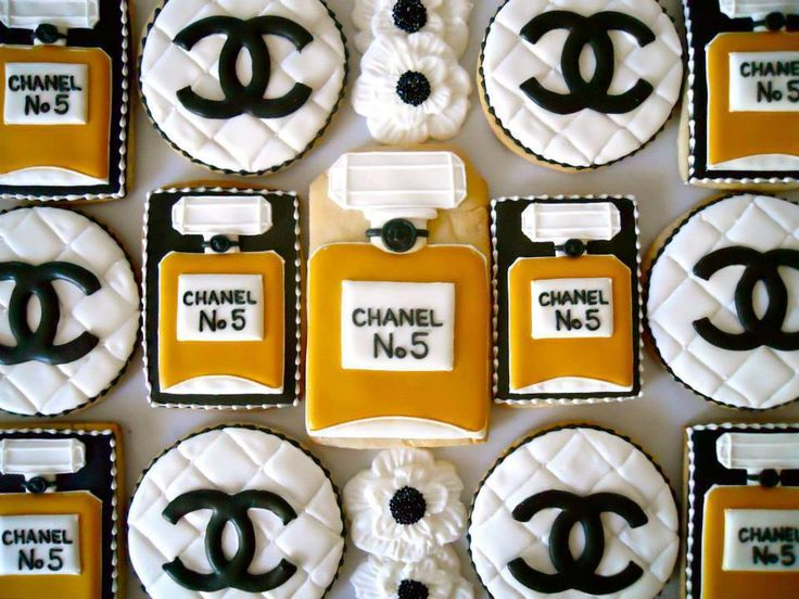 chanel inspired cookies. and they even got the proportions right on the logo--bravo!