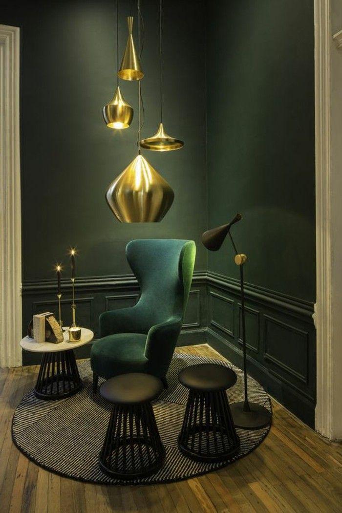 salon en vert foncé, lustre moderne pas cher en or, murs en vert canapé en vert foncé
