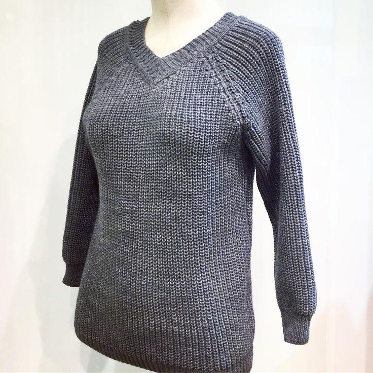 Осенне-зимний сезон настоящий триумф для вязаных вещей! А всевозможные цвета и модели радуют глаз! Но, стоит заметить, нежно-серый цвет — один из самых коммерчески успешных цветов и оправданная fashion-инвестиция в вязаные джемперы, свитеры и кардиганы универсального фасона. У нас в наличии есть классический вязаный джемпер от #ViKiS в сером цвете, который точно станет главной деталью вашего осеннего гардероба! Тем более, что джемпера такой модели неоднократно появлялись на подиуме недавно…