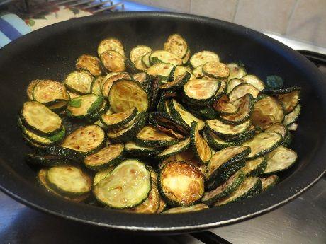 Det här var ett av min svärmors absoluta mästerverk: zucchine alla priatoria. Jag älskar det och äter alltid upp nästanen tredjedel innan vi ens satt oss till bords. Frasiga, fasta, med ett…
