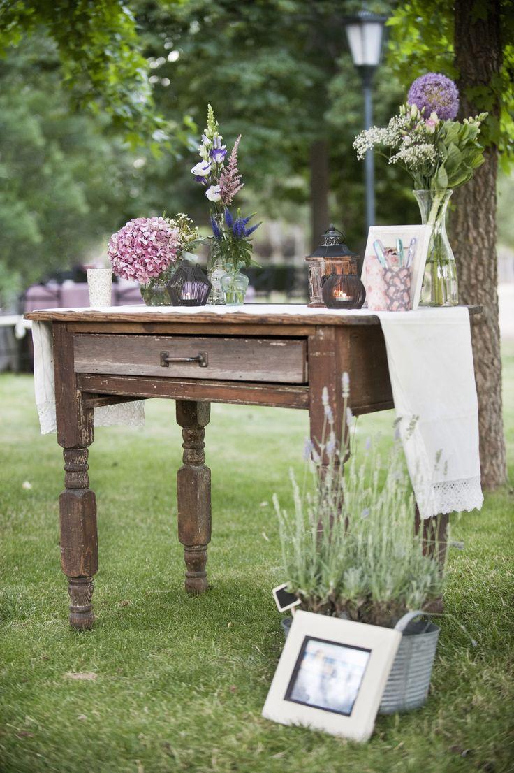 Mesa de firmas vintage. Mesa de madera con pieza de encaje antigua y flores en jarrones reciclados. Un éxito!