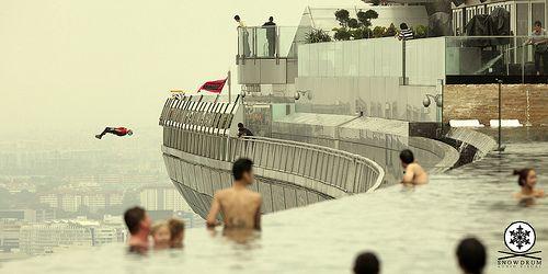 Uno de los hoteles más espectaculares del mundo con una piscina con la cuidad de Singapur a tus pies. El vídeo muestra un salto base desde lo más alto del Hotel. Uau