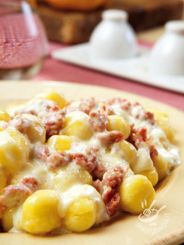 Gnocchi with sausage, cheese and walnuts - Gli Gnocchi con salsiccia, formaggio e noci sono una ricetta golosissima. Pochi ingredienti per un piatto che regala sempre grande soddisfazione! #gnocchiconsalsiccia
