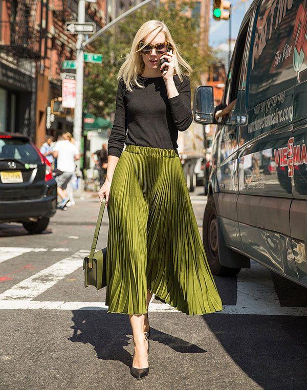 Jane Keltner de Valle com saia drapeada verde + top preto.