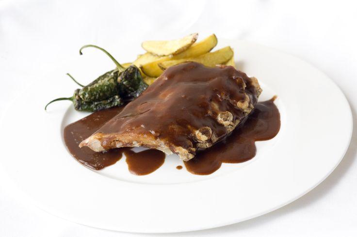 Costillas con salsa barbacoa, con pimientos del padrón y patatas gajo. www.restauranteespadana.es