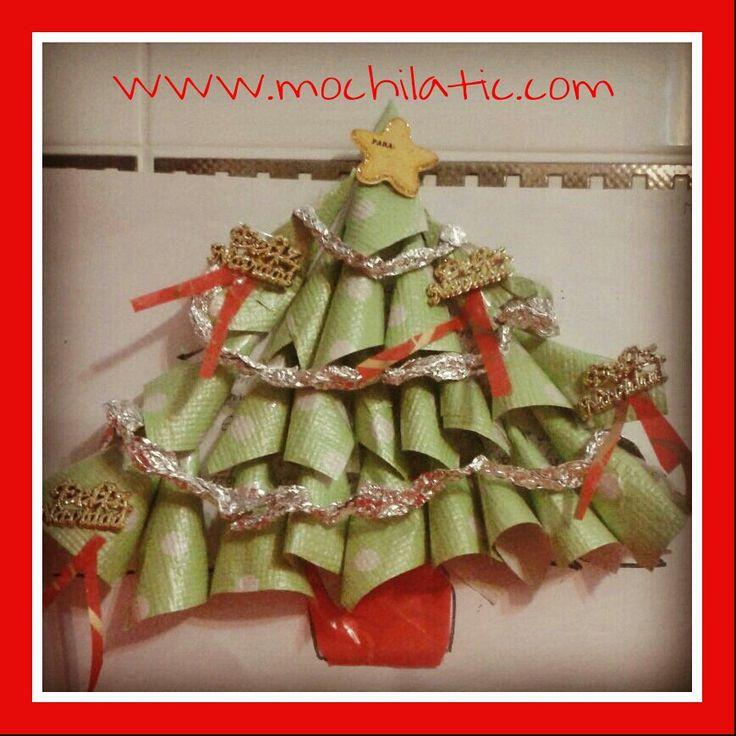 Decora tu árbol de #Navidad con materiales reutilizables como papel de regalo, papel de aluminio y mucha #imaginación.
