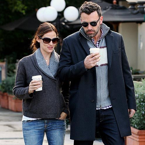 Shady & in love, Ben Affleck & Jennifer Garner stay warm w/a coffee run. Aviators for him, oversized for her = perfection
