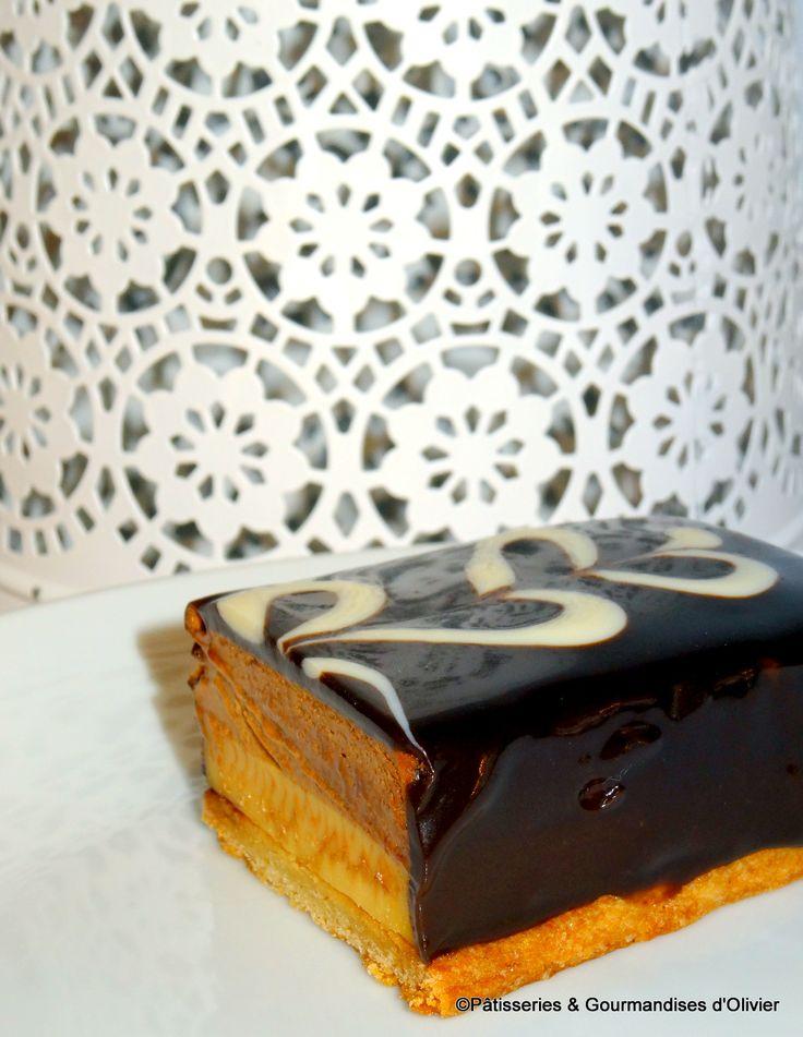Carachoc: Un sablé breton sur lequel repose un crémeux caramel fleur de sel, recouvert d'une mousse au chocolat et glaçage au chocolat !