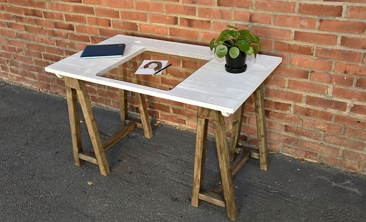 Skrivbord med glasskiva.