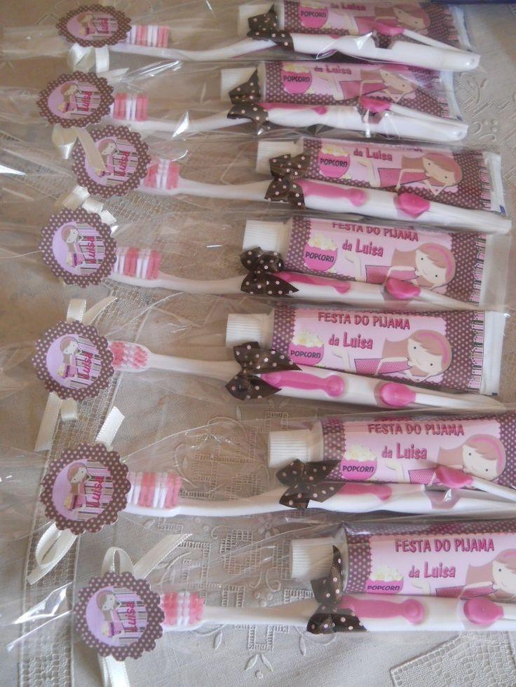 O kit de higiene contendo pasta e escova de dentes personalizados com o tema da festa, produzido pela empresa Pim Pam Po Party, foi utilizado durante a própria comemoração, além de servir como lembrancinha aos convidados dessa festa do pijama