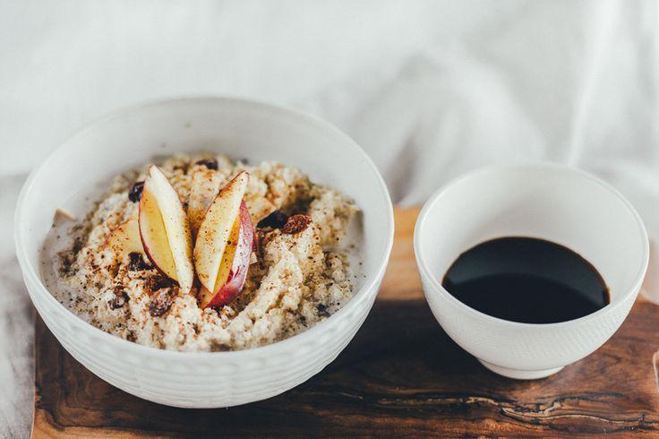 Среди всего многообразия каш, которые так популярны на завтрак в нашей стране, каша из киноа по праву считается одной из самых полезных. Эта крупа содержит большое количество аминокислот и является источником растительного белка, что очень важно для приверженцев вегетарианского питания. Постоянный эксперт How to Green Анастасия Гурова придумала для нас идеальный рецепт – сочетание яблок и корицы способно превратить любое блюдо в праздничное, а тёмный изюм прекрасно дополняет завтрак…