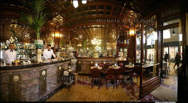 Caffè Mulassano a Torino. fu aperto nel 1907. È un ambiente particolarmente prezioso e accogliente, ricco di marmi, decorazioni floreali in bronzo e con il soffitto a cassettoni. Era ritrovo abituale negli anni di Casa Reale dei notabili di Corte e degli artisti del vicino Teatro Regio. E' piccolo ma è un gioiello