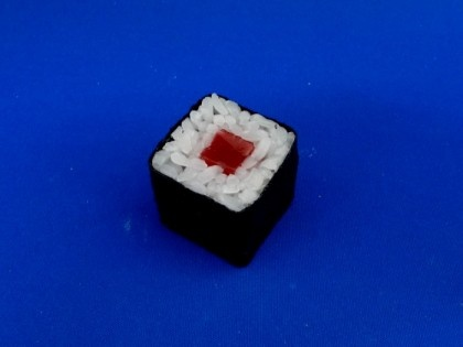 Figyelem minden sushi szerető! Ajánljuk figyelmetekbe ezt a fantasztikusan kinéző tonhalas sushi tekercs mobiltelefon akasztót.Méretei: Hosszúság, Szélesség, Magasság - 5.0 cm x 5.0 cm x 4.2 cmPolivinil-klorid (PVC) -ból készült.Minden termék méretarányos az eredetivel minden téren megegyezik.A rendeléstől számított 1 hét szükséges a termék legyártá2,287Ft