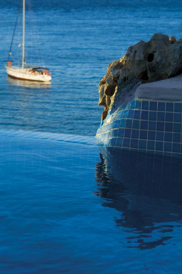 Blue on Blue, Folegandros, Greece - Δεν υπάρχει καπνός μήτε Ιθάκη.  ΄Αλλον ορίζοντα δεν έχουν πια οι ορίζοντες.    Το αιώνιο τραγούδι του πόντου απαντά στο κενό και γεμίζει το μηδέν με καρδιά και ήλιο.~Γιάννης Ρίτσος