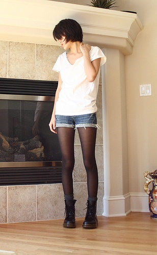 Casual outfit  White tee, shorts and tights