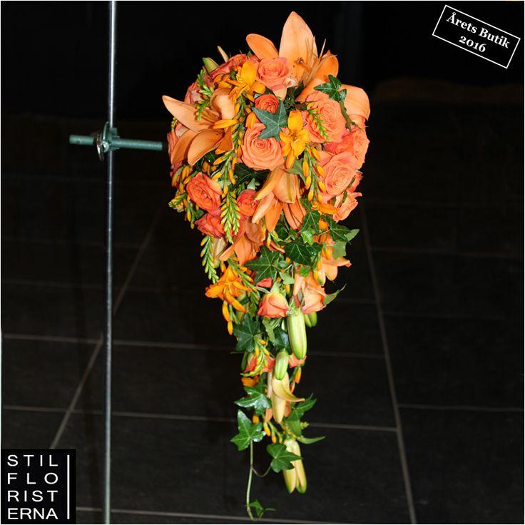 Orange droppformad brudbukett