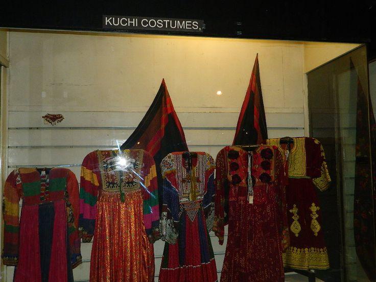 Museu Lok Virsa, expõe roupas tradicionais do povo Kuchi. Os Kuchis são nômades afegãos semelhantes aos beduínos árabes. Vivem um estilo de vida nômade pastoral. Em Islamabaad, capital do Paquistão.  Fotografia: Ibnazhar.