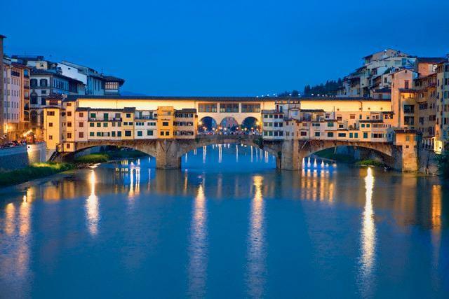 Toscana - Firenze - Ponte Vecchio, uno dei simboli della città di Firenze ed uno dei ponti più famosi del mondo. Attraversa il fiume Arno nel suo punto più stretto, dove nell'antichità esisteva un guado.il passaggio fiancheggiato da due file di botteghe artigiane, ricavate in antichi portici poi chiusi, che lo hanno reso famoso, come se si trattasse del proseguimento della strada. Le botteghe di Ponte Vecchio si affacciano tutte sul passaggio centrale, ciascuna con un'unica vetrina chiusa.