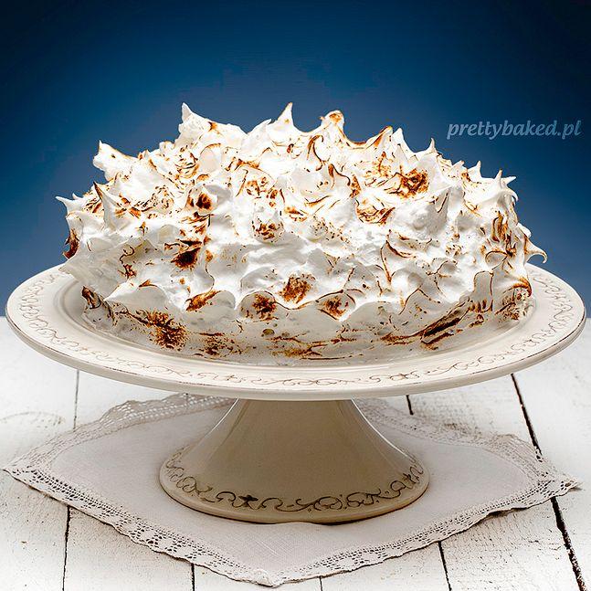 Supersłodki tort chałwowy na czekoladowym biszkopcie, ukryty pod dekoracją z podpalanej bezy :)